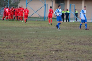 En marxa la instal·lació de la gespa artificial al camp de futbol d'Avià