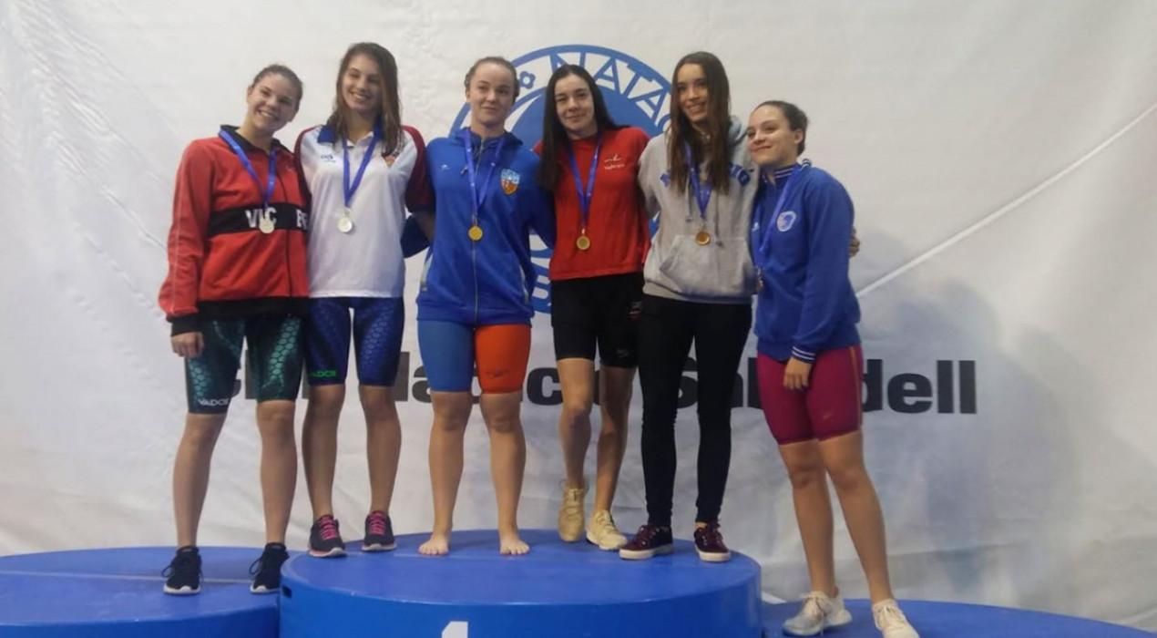 La berguedana Àneu Ferrer es penja nou medalles als campionats de Catalunya d'hivern de natació