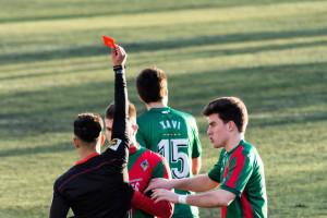 Set gols i emoció fins al final en un derbi clarament condicionat per les targetes (4-3)